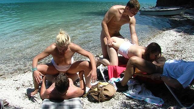 Потаскухи получили по члену в жопы, попав на групповуху у озера