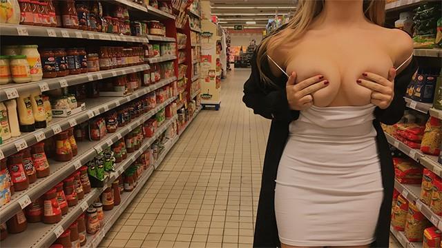 Любительница публичного секса чпокается с незнакомцем раком в магазине