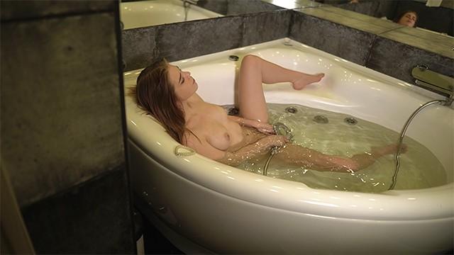 Застал девушку за мастурбацией душем и натянул ее на член аналом